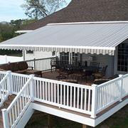 Una tenda per proteggere il balcone della ditta canvas & awnings