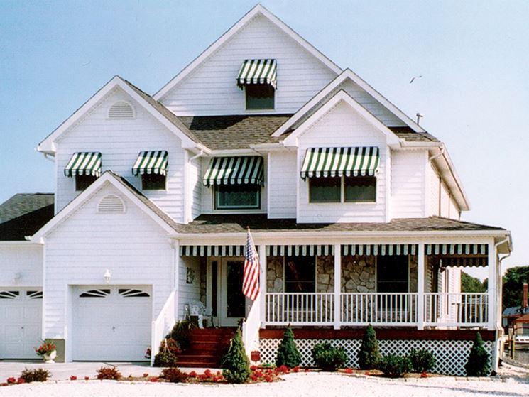 casa con tende da sole a caduta
