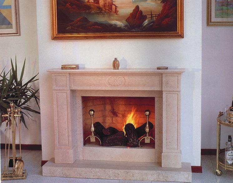 Modello di caminetto classico in marmo
