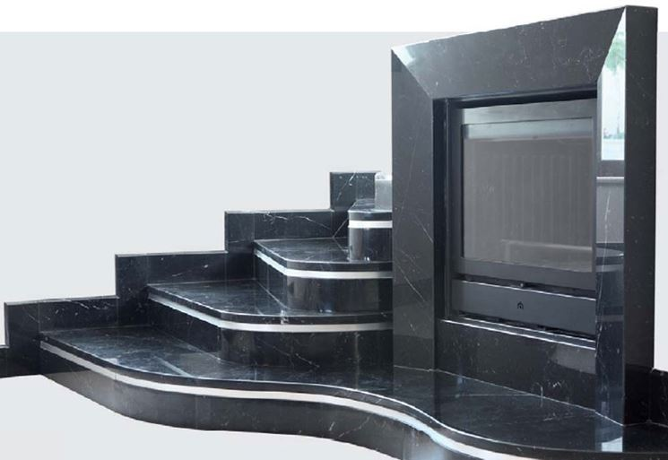 Modello di caminetto in marmo nero