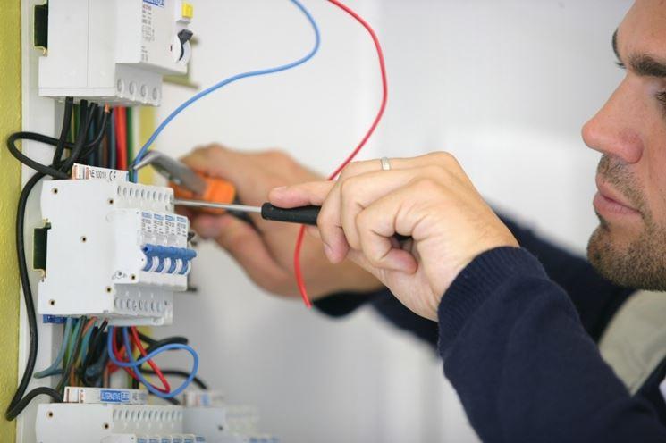Elettricista a lavoro.