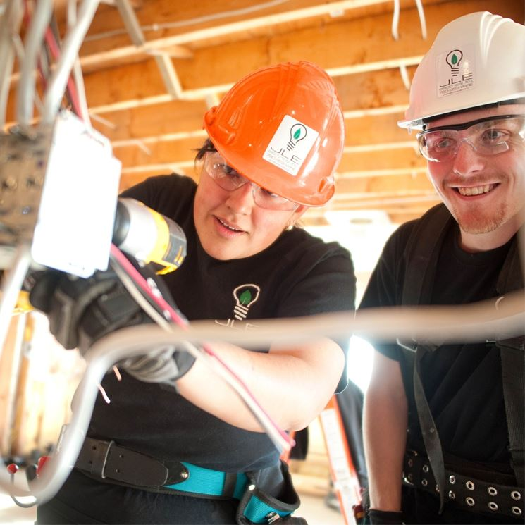 Elettricisti al lavoro