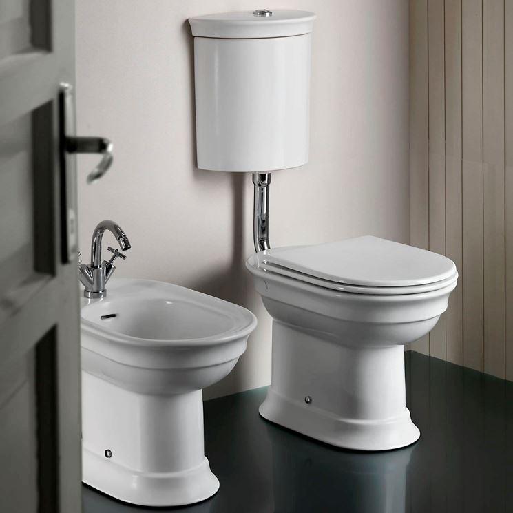 Un WC con cassetta a zaino