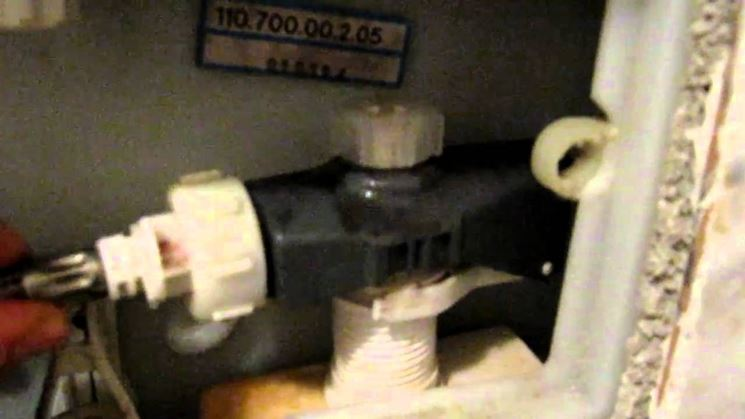 Interno di una cassetta di scarico ad incasso di un WC