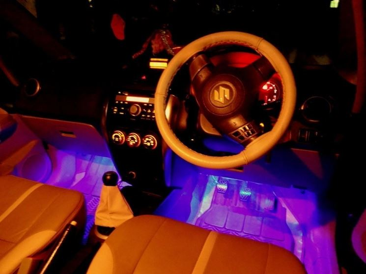 Automobile con illuminazione interna a LED