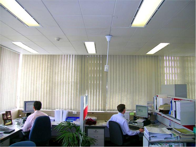 dipendenti in ufficio ben illuminato