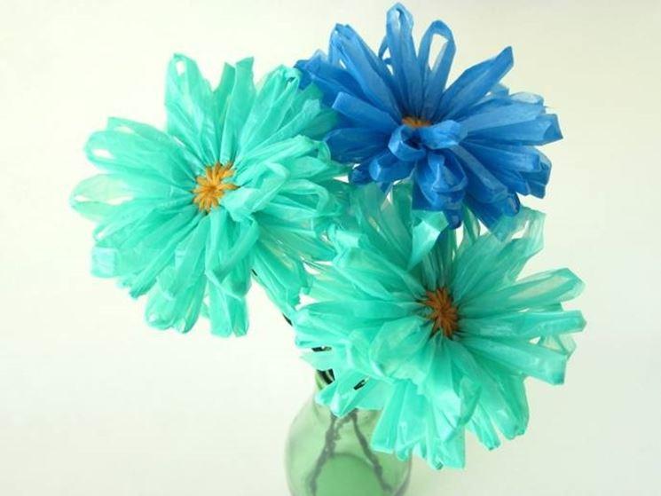 fiori realizzati con dei sacchetti di plastica