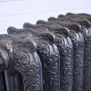 Antico termosifone in ghisa decorato.