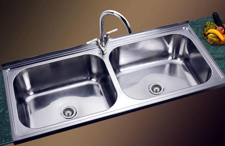 Un lavello in acciaio assemblato