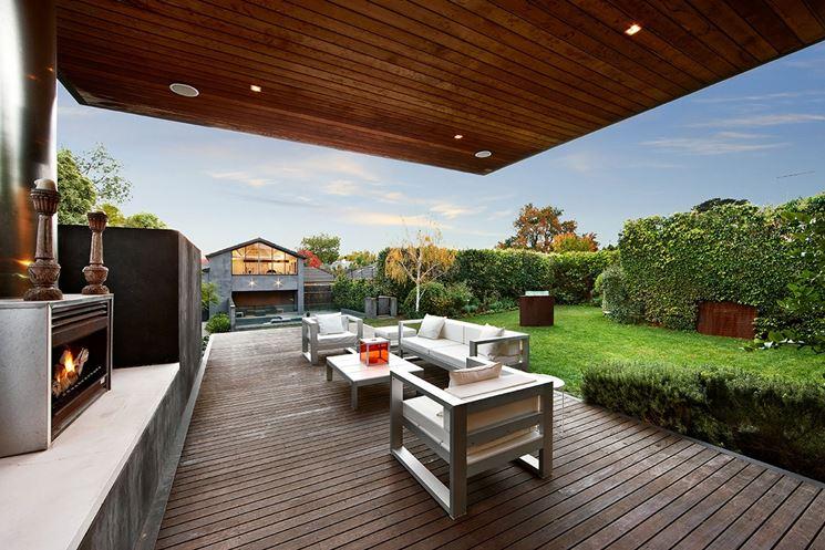 Vista della casa dalla terrazza coperta con barbecue