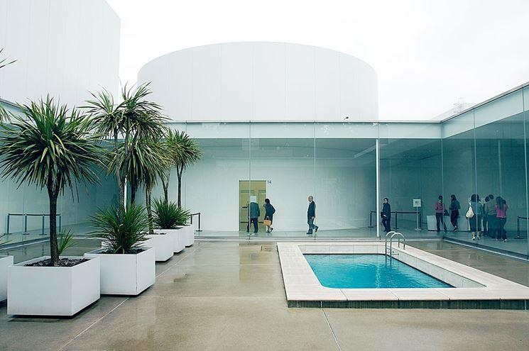 Moderna struttura a corte con piscina