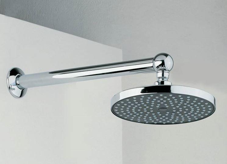 Un soffione per doccia attaccato ad una parete tramite un tubo