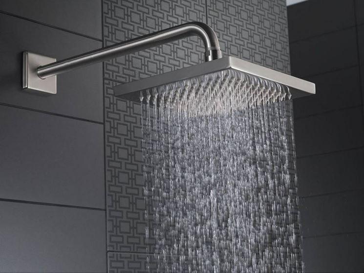 Un soffione per la doccia di forma quadrata