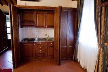 Una cucina a scomparsa in legno