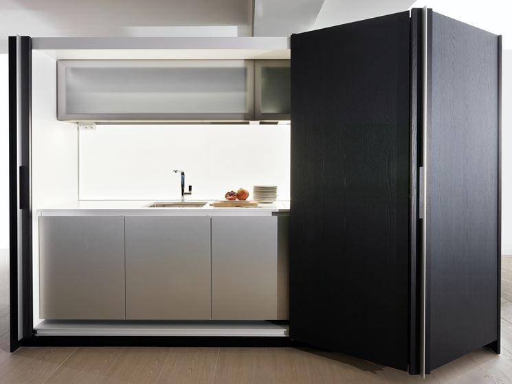 Un esempio di cucina a scomparsa con porte scorrevoli