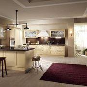 Cucina che unisce linee moderne a colori caldi e materiali classici