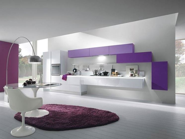 Cucina moderna bianca e viola