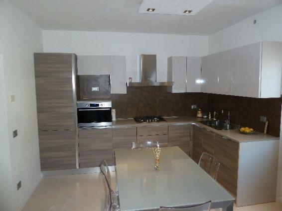Miglior rivestimento per la cucina moderna la cucina - Resina parete cucina ...