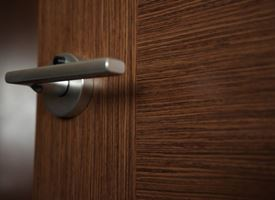Montare porte in legno