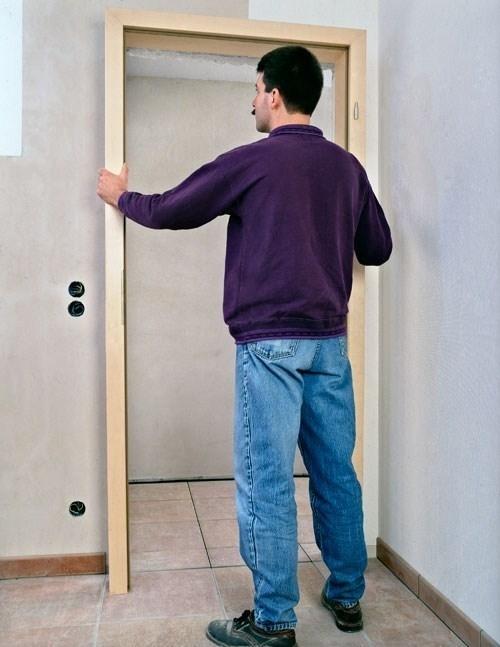 Montare porte per interni le porte montaggio porte - Montare telaio porta ...