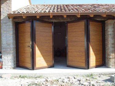 Un esempio di porta a fisarmonica per garage