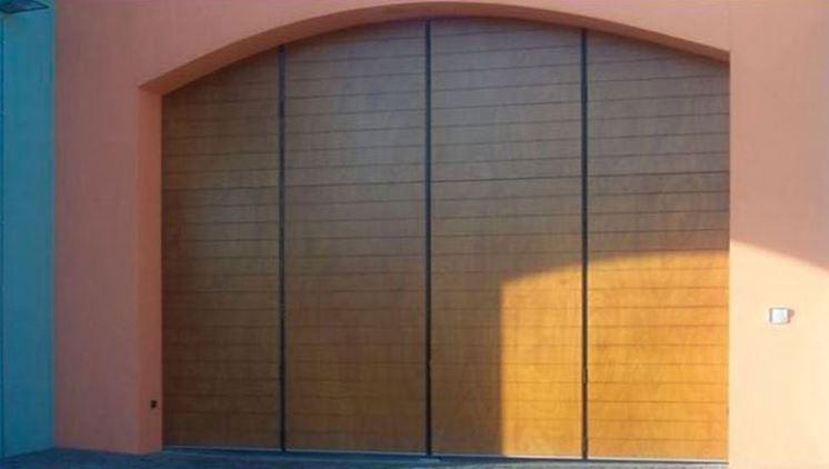 Un esempio di porta ad ante per il garage
