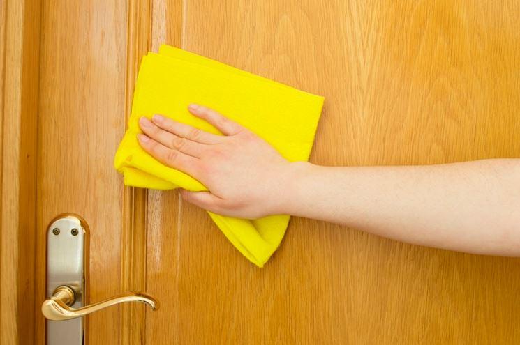 Panno morbido per detergere le porte in laminato.