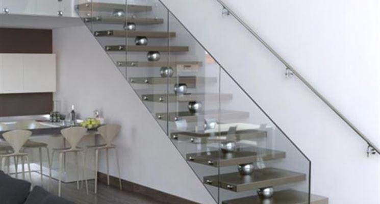 Struttura di una scala in acciaio e vetro