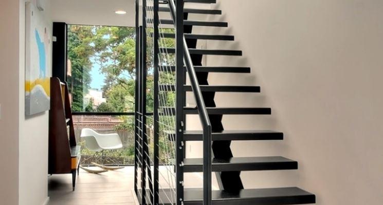 Scala con gradini in ferro