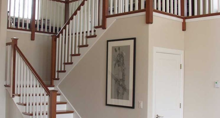 parapetto e ringhiera in legno stile moderno