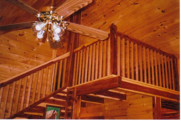 scala con ringhiera in legno di cedro rosso