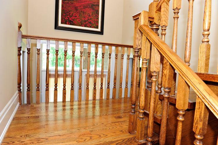 ringhiera e balaustra in legno in accordo con il pavimento