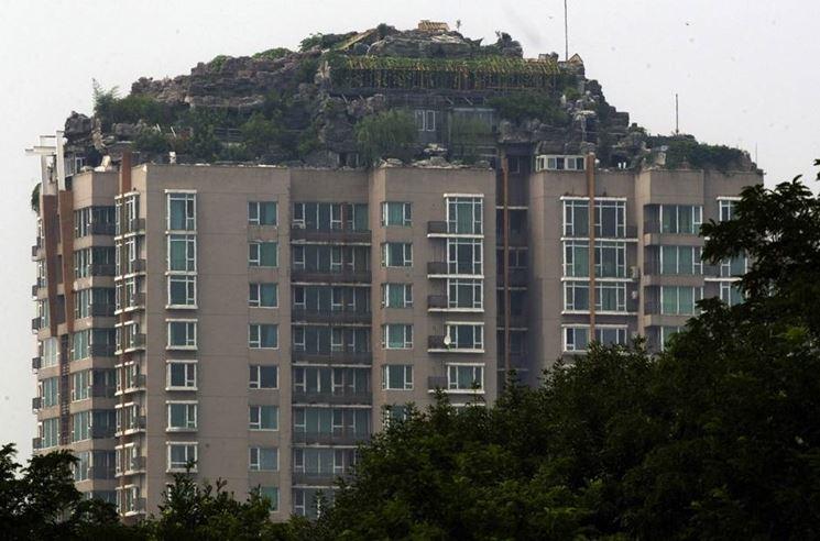 L'abusivismo edilizio è spesso favorito dal'atteggiamento delle istituzioni
