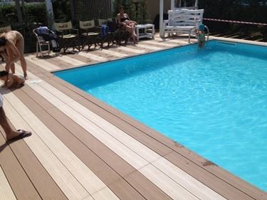 Parquet in teak a bordo piscina