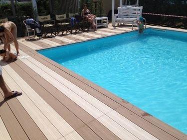 Parquet in teak a bordo piscina