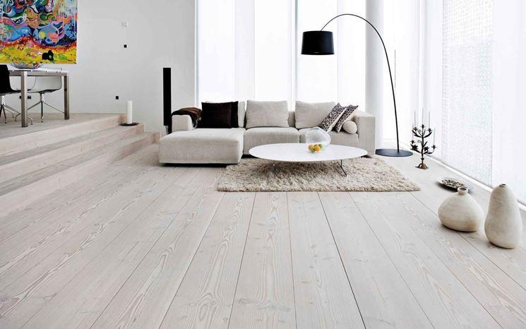 Un parquet di colore chiaro dona luminosità alle stanze di piccole dimensioni.