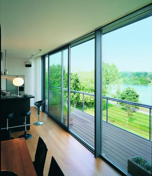 Casa moderna, roma italy: vetrate per interni scorrevoli