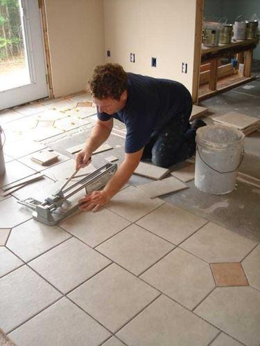 Il taglio delle piastrelle di un pavimento