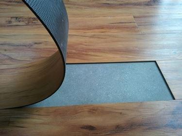 Le piastrelle in PVC autoadesive sono facili da posare