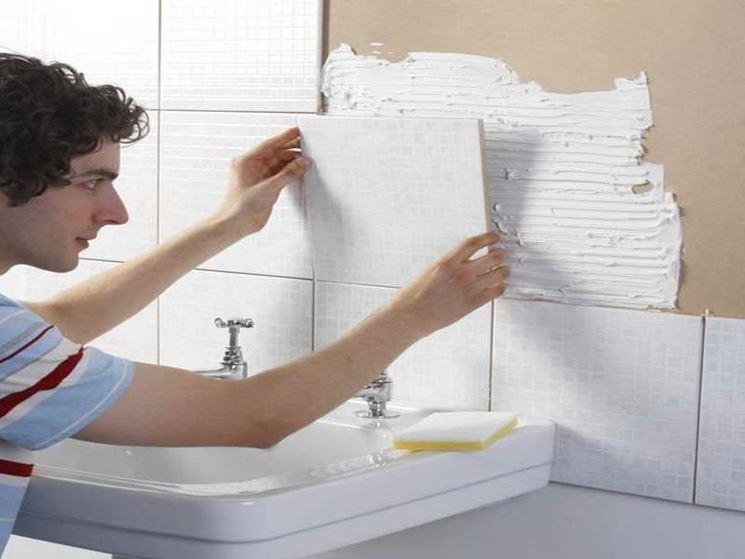 È consigliato applicare la colla sulla parete con una spatola dentellata