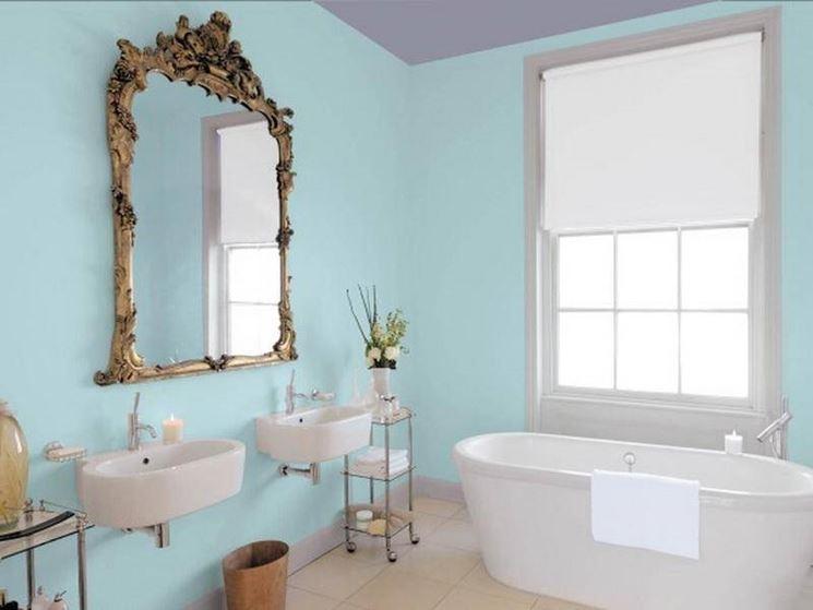Per dare maggiore profondità al bagno è consigliato mettere uno specchio grande