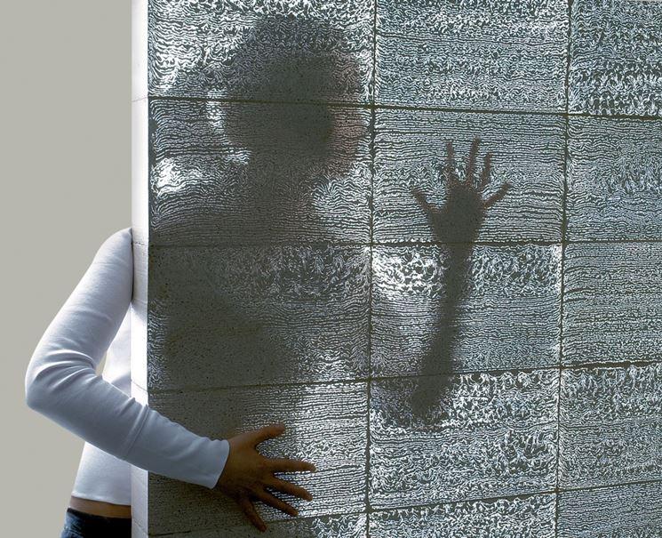 Una parete di cemento trasparente