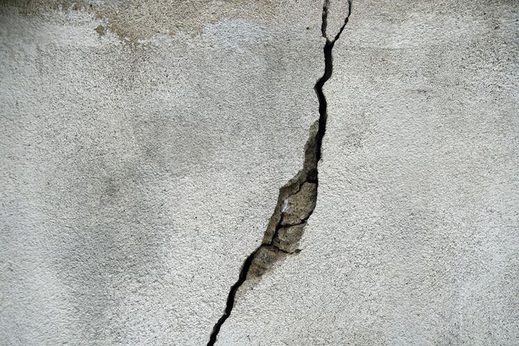 Profonda crepa nella parete