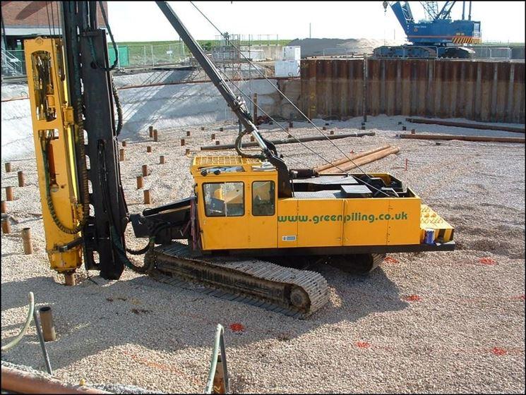 Escavatore attrezzato per l'esecuzione di un palo di fondazione