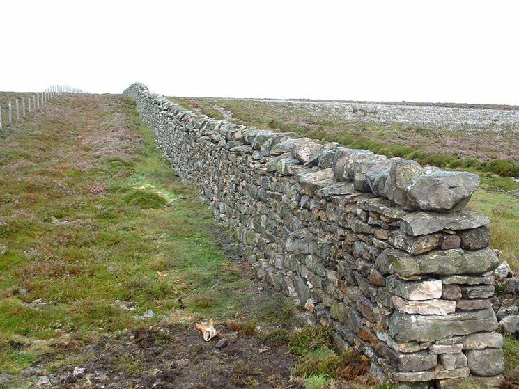 Muro in pietra di confine