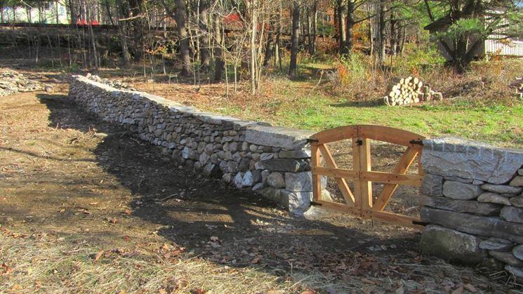 Muro in pietra con cancelletto