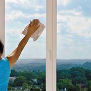 Pulizia e asciugatura della superficie in vetro