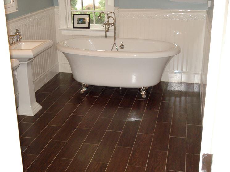 Bagni con piastrelle effetto legno. trendy pavimenti ceramica finto