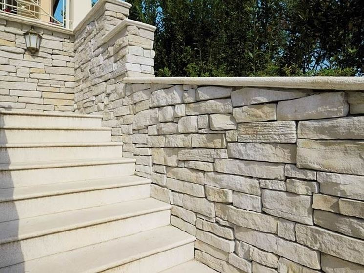 Casa moderna, roma italy: muri in pietra per interni