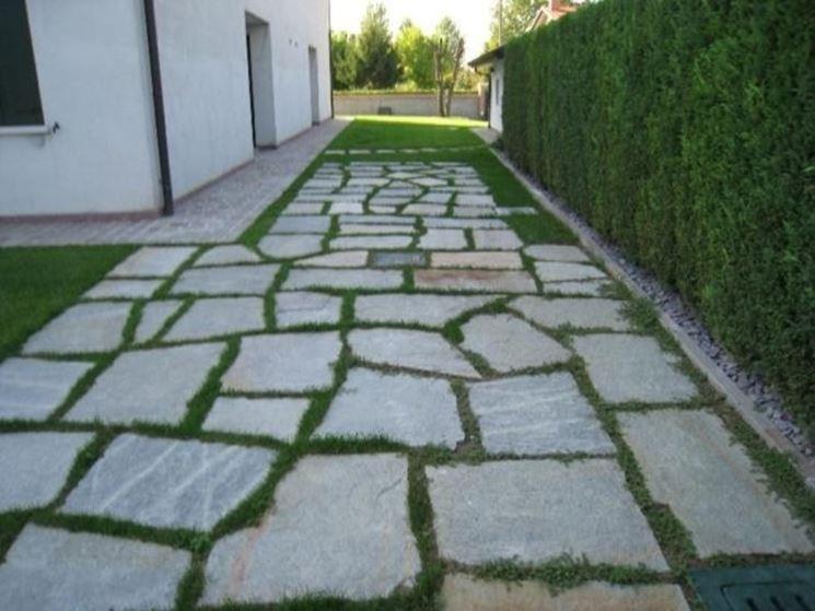 Vialetto realizzato con lastre di pietra di Luserna